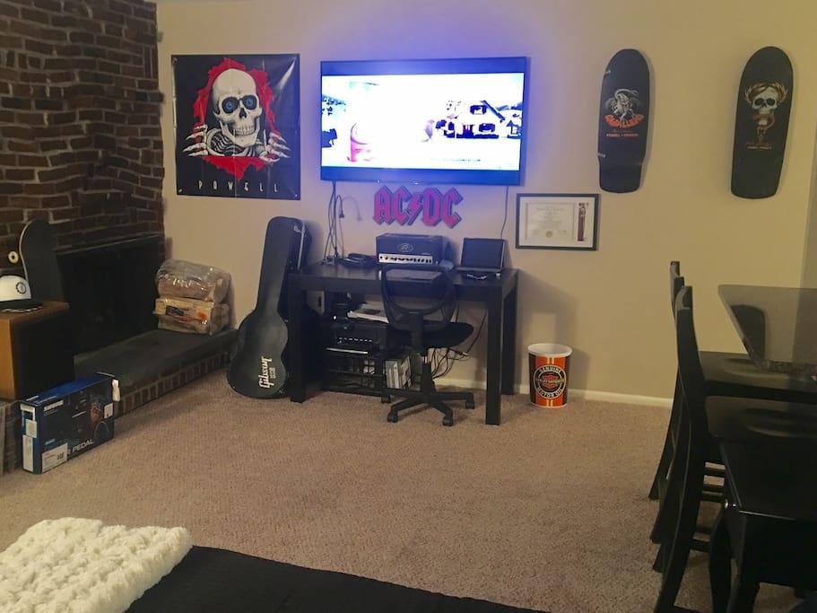 """Fireplace/Desk/60""""4KHDTV"""