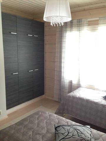 Makuuhuone 1 kahdella erillisellä sängyllä. Bedroom nro 1 with two single beds.