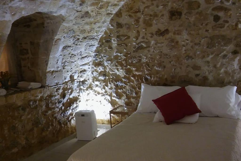 Stone-built bedroom, with double bed Πέτρινο υπνοδωμάτιο, με διπλό κρεβάτι