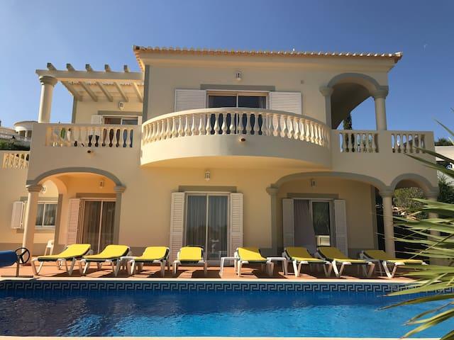 Luxury 4 Bedroom Algarve Villa with Private Pool