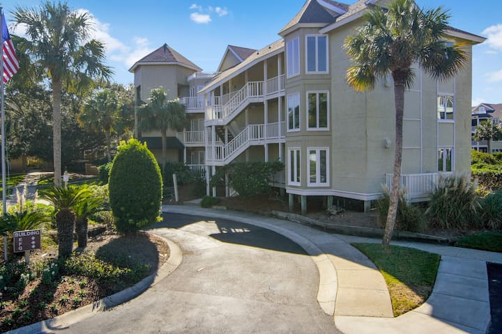 Spacious oceanview condo w/ screened porch, community pool - steps to beach!