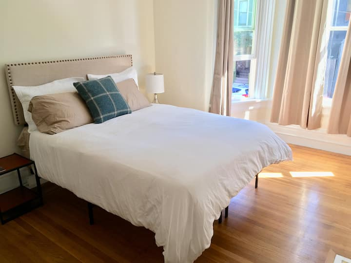 Sunny room with Queen bed in heart of SF!
