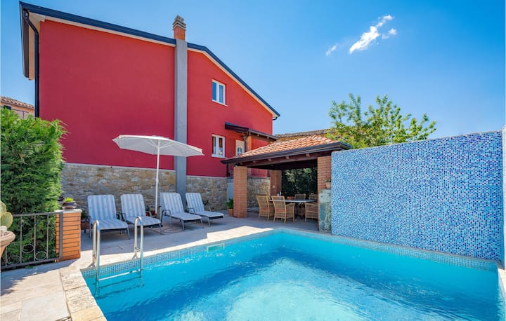 Stunning home in Vizinada with WiFi and 2 Bedrooms