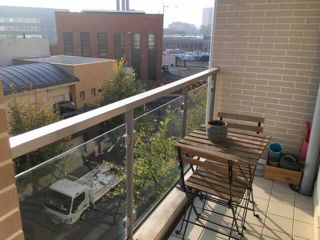 Le balcon donne sur une rue calme et peu passante.