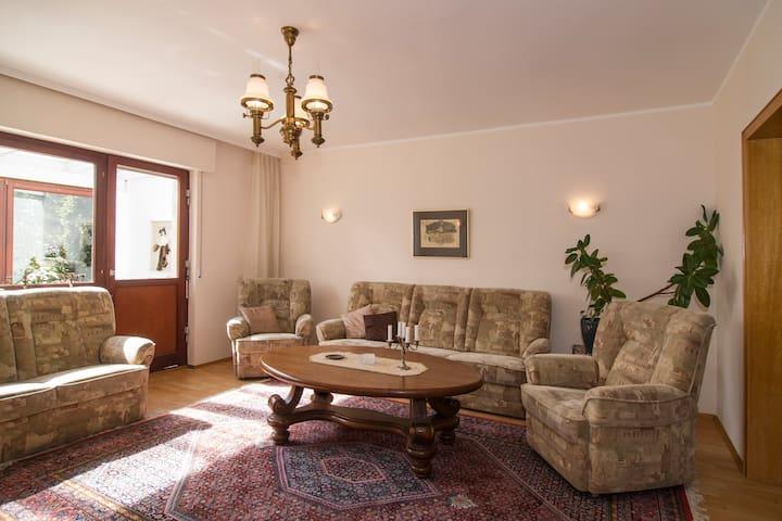 Im Wohnzimmer kann man zusammensitzen und Musik hören oder Filme gucken.