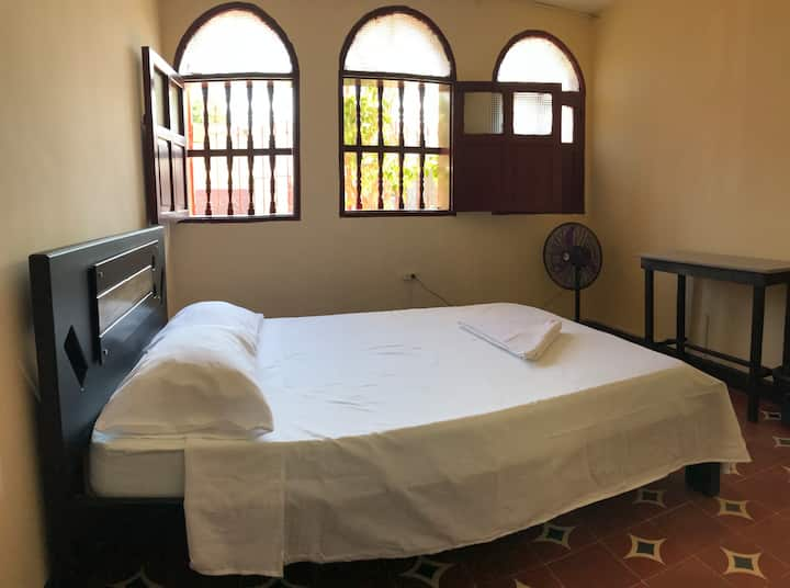 Double Room Share bathroom + air-conditioning