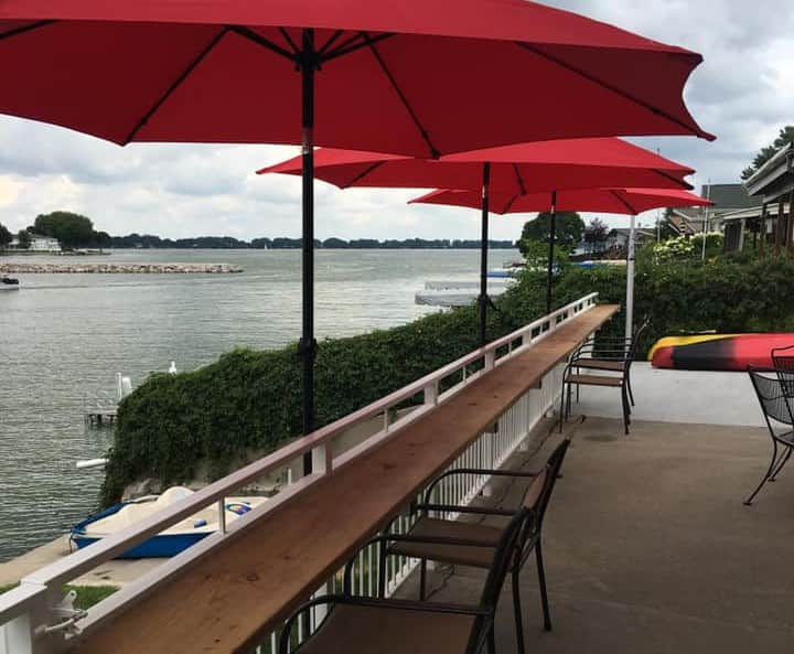 Lakeview Leisure: Spacious Lakefront with a View