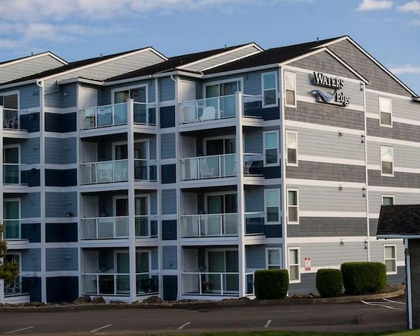 Top floor bay front condo w/ easy access to the surf in Lincoln City, OR!