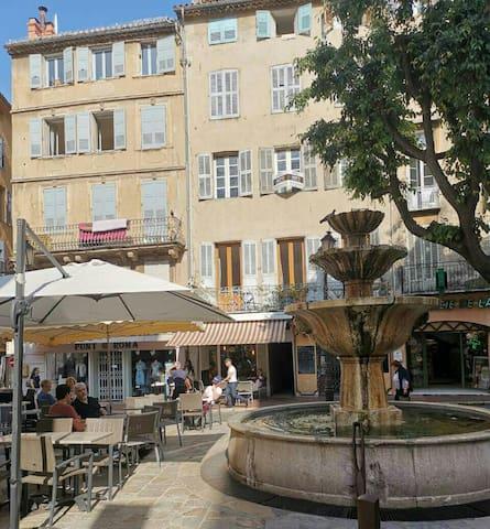 La fontaine devant le balcon