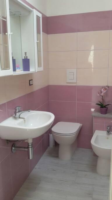 Bagno con box doccia e armadio a muro