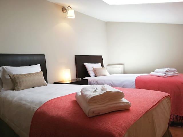 Dormitorio nº 3, se encuentra en la planta superior del dúplex. Techo abuhardillado con 1 ventana, dos camas de 90 cm cada una, cómoda, amplios armarios, suelo radiante.
