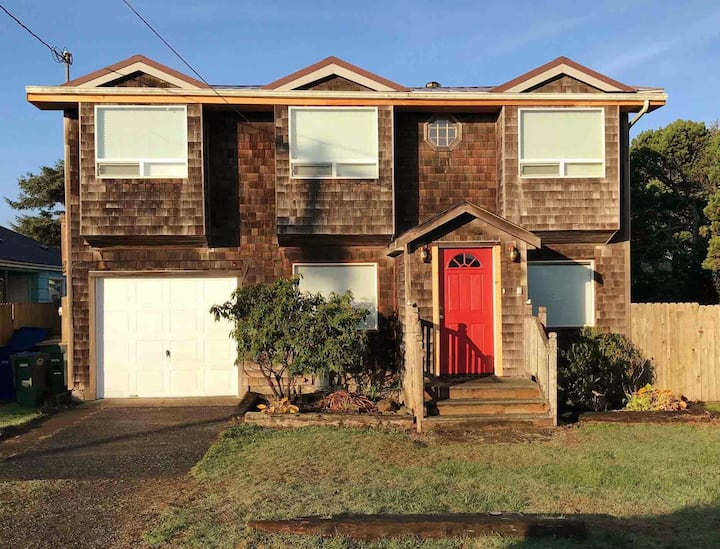 Spacious family retreat, near it all-Yaquina Bay!