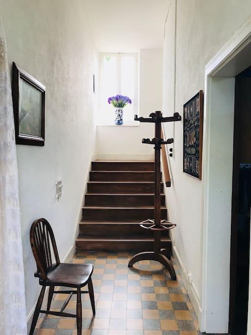Entréen fører både op til husets første sal, til garagen og det store køkken alrum