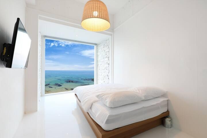 객실마다 아름다운 푸른 동해바다가 가득 담긴 감성 숙소 301호 객실