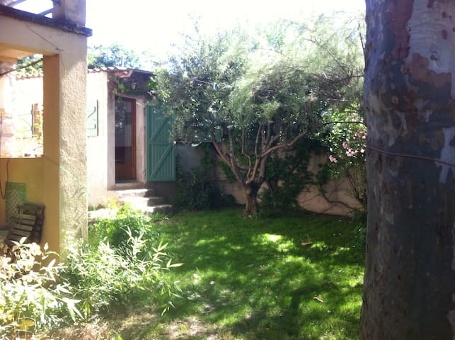 Charmant studio (28m2)avec jardinet