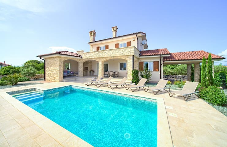 Luxury house for 6-8 people with swimming pool