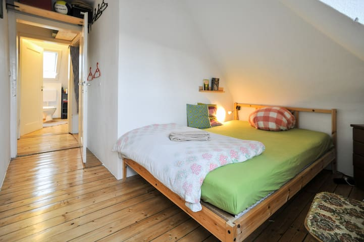 Separate room with big bed =) - Stuttgart - Apartemen
