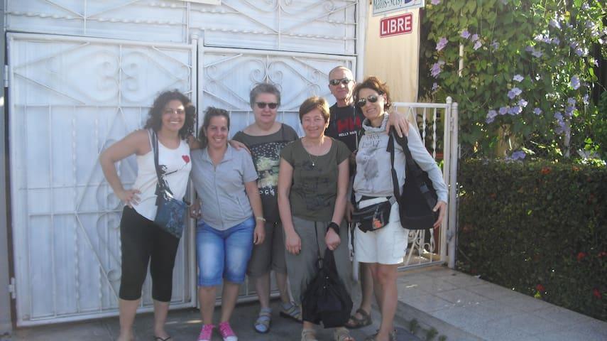 Grupo de italianos junto a la señora del Hostal