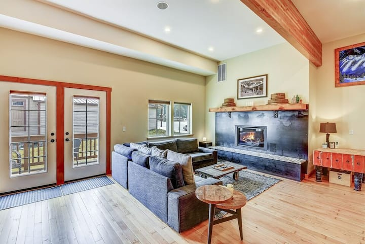 LUXE remodeled historic lodge for 13+ in heart of Cascades
