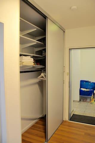 huge wardrobe - großer Kleiderschrank