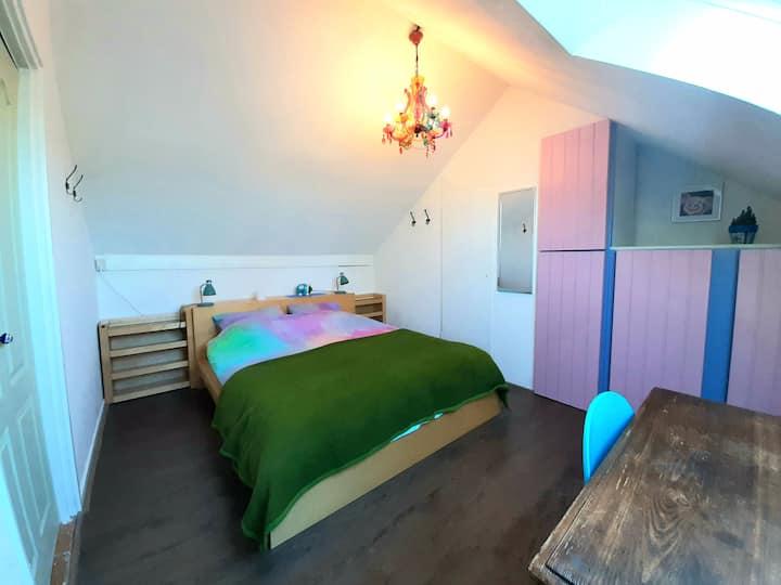 Kleurrijk zolder appartement met privé opgang