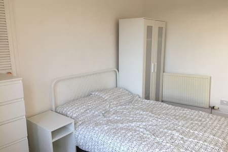 Double room near Glasgow Airport, bright and quiet