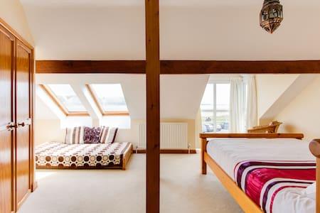 Spacious room with sea views & pool - Llansteffan