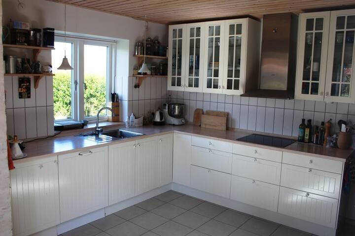 Køkken (åbent til stue)