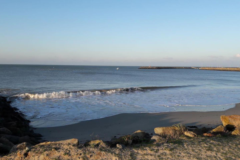 plage Saint-Jean avec vue sur le Port de Morin