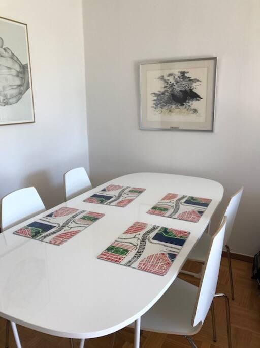 Matsalsbord i vardagsrummet