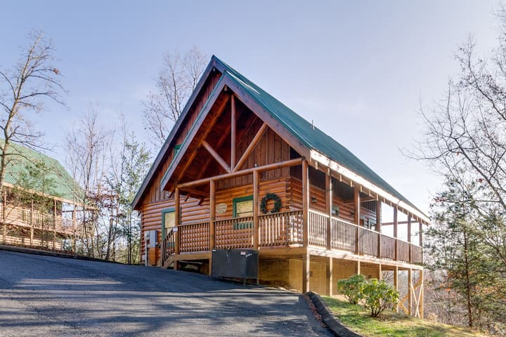 Tennessee Dreams| Magnificent Mountain Views| Dog-Friendly|Pool Table |Hot Tub |WiFi |Resort Pool