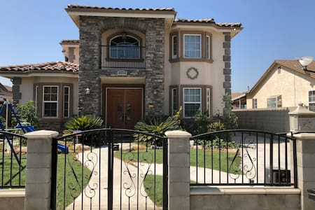 5 Bedrooms,Entire Luxury House For Rent,2621 sqft