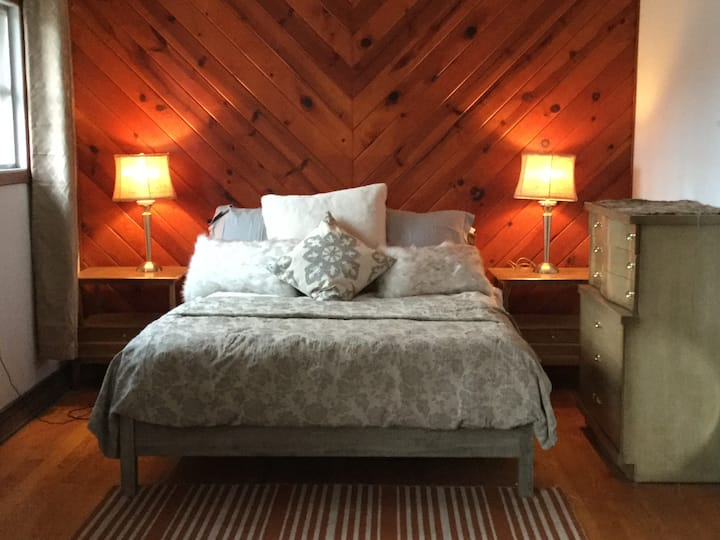 Rustic Chic Lake view cottage  50 miles from NYC