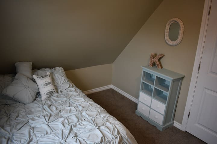 2nd upstairs bedroom - Double bed