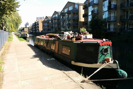 A relaxing place to stay - a canal boat - Cheshunt