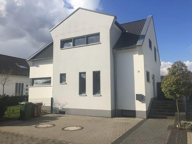 Souterrainzimmer in Einfamilienhaus - Großkrotzenburg - House