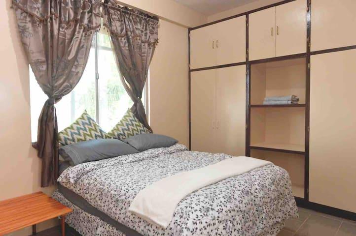 1. 枕頭與床墊皆採用竹炭纖維,具有透氣性和淨化空氣,貼合脊椎生理曲度、消除疲勞,讓你可以很安穩的入眠。 2. 一旁的小桌子可供你放置筆電、手機和個人物品 3.與天花板同高度的超大衣櫥,任你吊掛所有衣物帽子,中間層板可放置個人化妝品或是物品,非常方便 4.房間的採光非常好,窗簾具有遮光效果