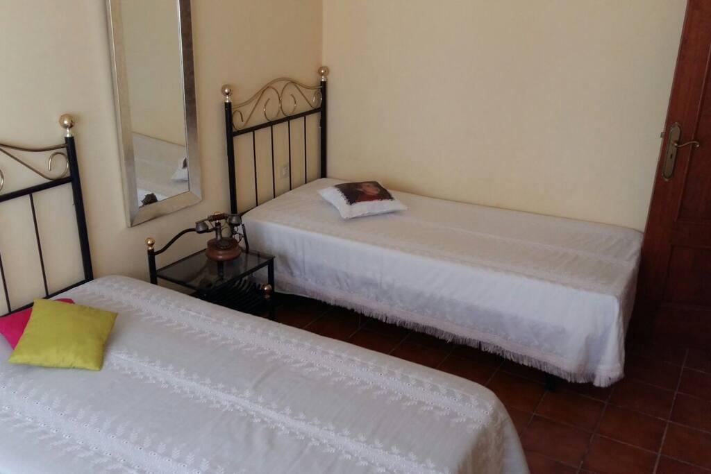 Hab 2 camas sencillas cerca aerop tenerife sur houses for Camas tenerife