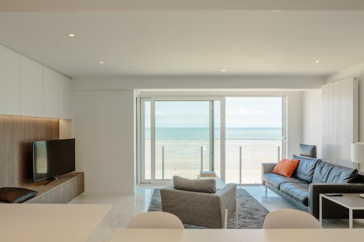 NIEUW !  Modern appartement.  Frontaal zeezicht !