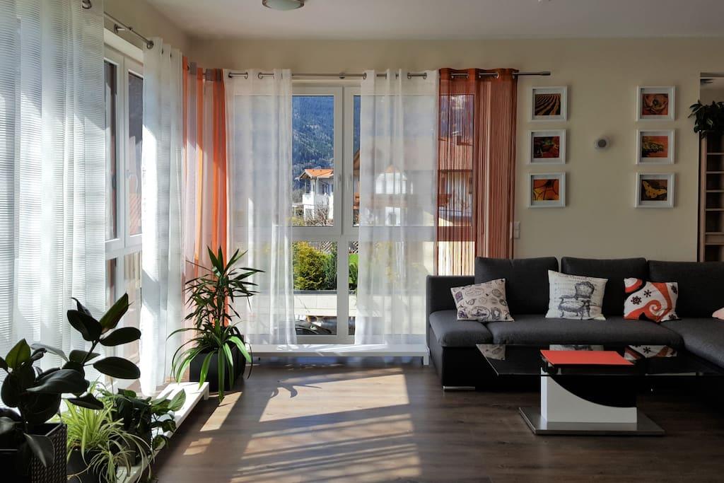 Wohnzimmer mit Fensterfront nach West