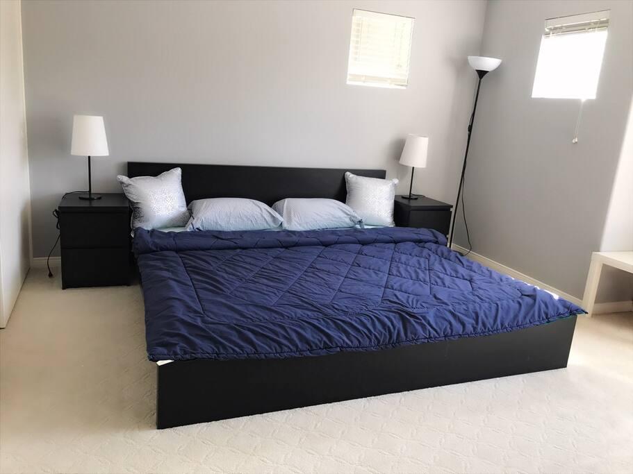 獨立筒King size雙人床床墊,房間有3門超大衣櫃