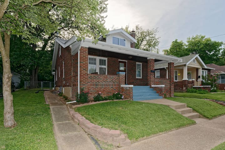 Charming Old Town Ferguson Bungalow  near Airport