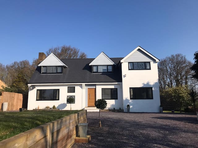 4 Bedroom, Newly Refurbished Detached House