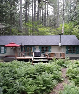 """Grizzly Bear"" Cabin on the river with a hot tub."