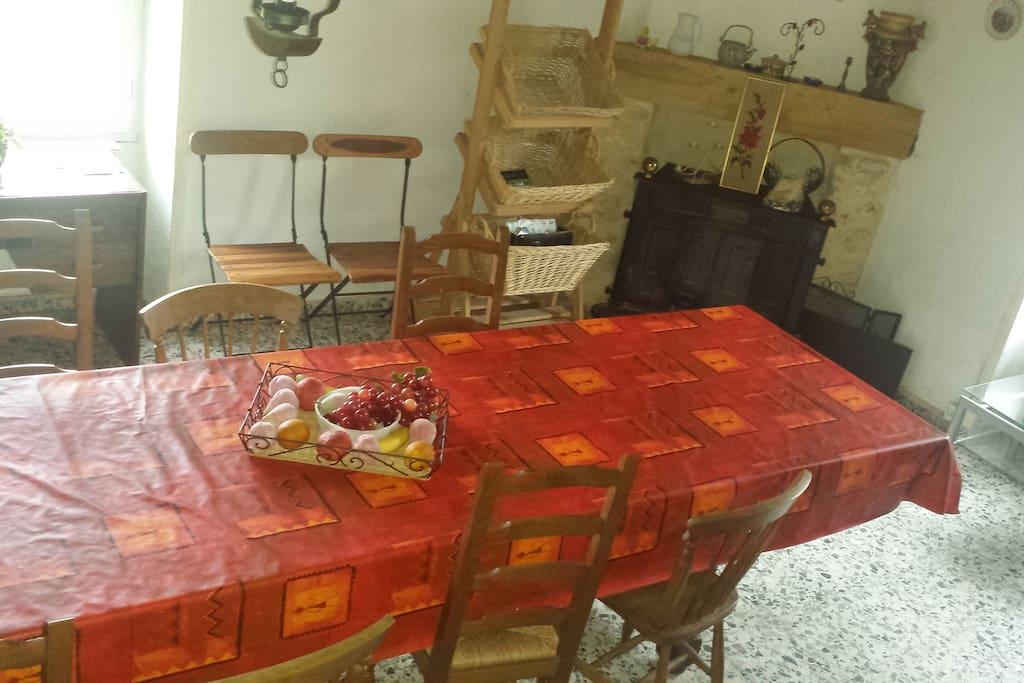 Salon/Salle à manger - table 16 couverts