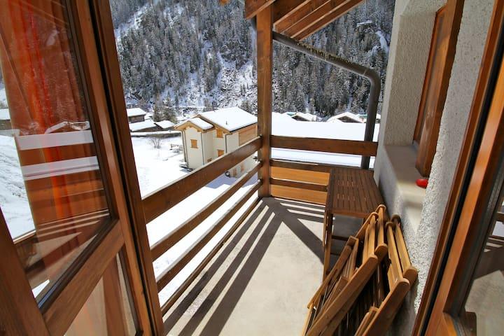 Balcon côté sud / 1 table et 4 chaises