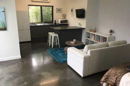 Prospect Retreat -studio, garage, wifi, no-smoking