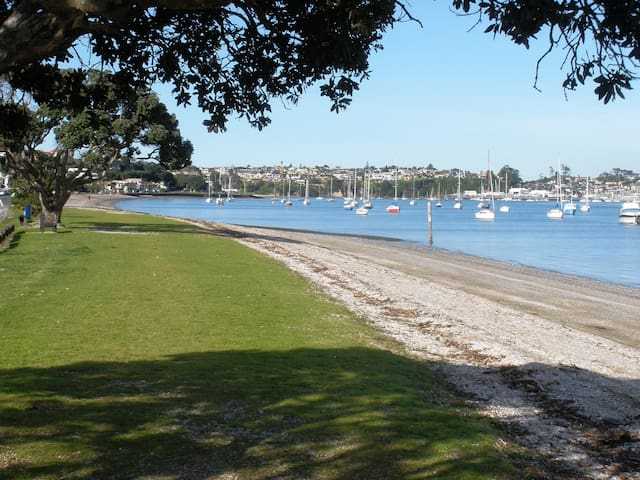 Auckland Beach - 2 bedroom apartment