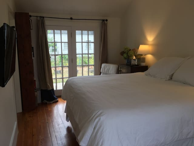 Bright, private getaway on Main St. - Groton - Leilighet