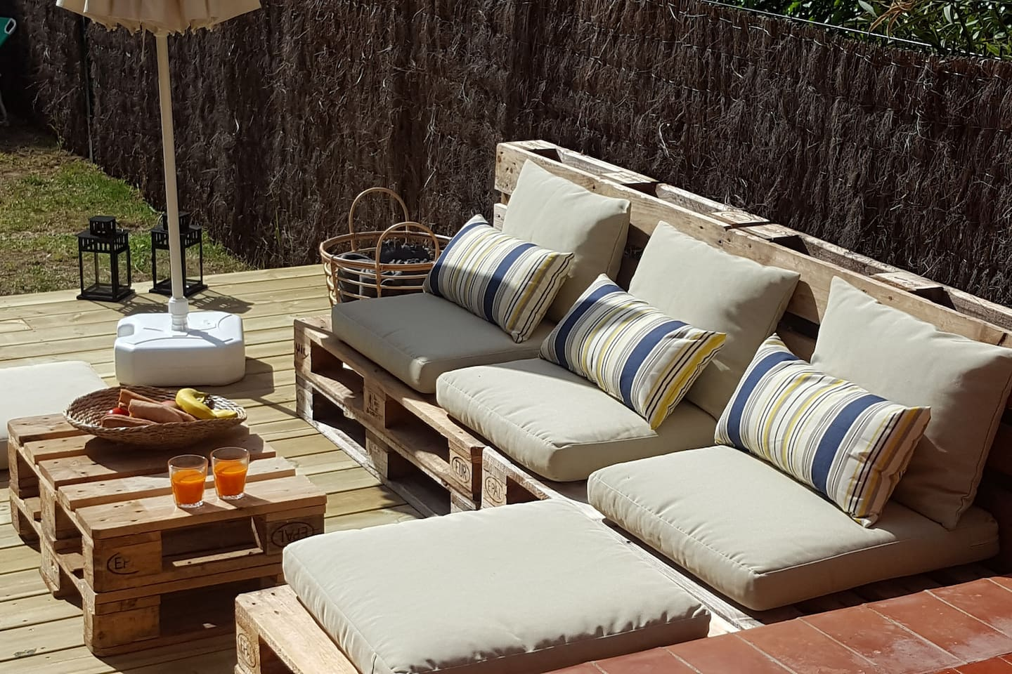Relax in the sun in the pallet sofa.